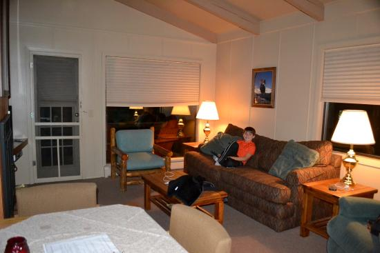 Castle Mountain Lodge: Living room/dining space in Castle Glen (half of a duplex)