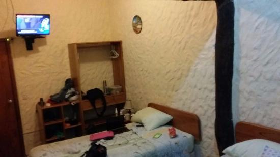 Mi Caleta Inn: Amplia habitación con dos camas ( 2p y 1p), baño privado con ducha, tv satelital y aire acondici