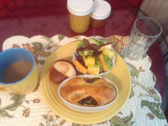 A White Jasmine Inn: Breakfast with baked eggs and veggie, roll, orange marmalade, mixed fruits, and orange juice.