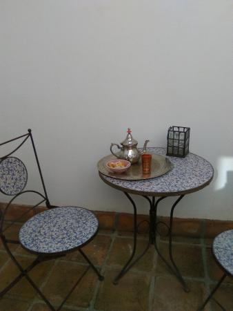 Banos Arabes de Cordoba: Te en el patio al que da la habitación