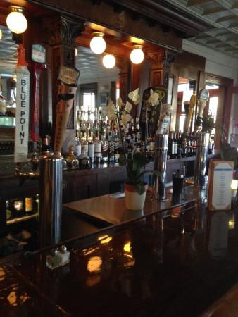 The National Hotel Restaurant and Bar : Ample Bar Space