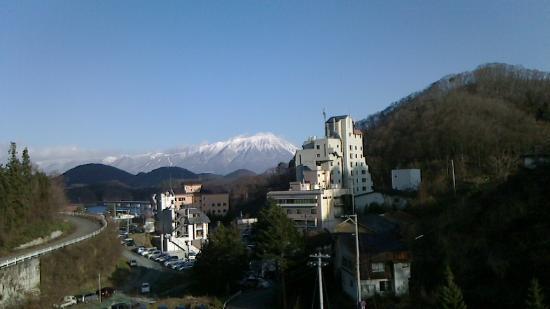 Hotel Miharu: 客室のテラスの窓越しに見た岩手山の雄姿