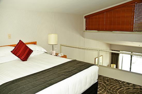 Waipuna Hotel & Conference Centre: Bedroom on upper level of studio
