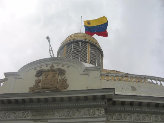 El Capitolio Nacional : Bandera Venezolana en Capitolio