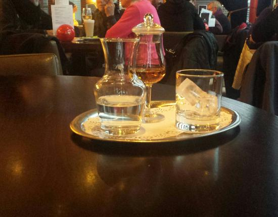 Antwerp Province, Belgique : Amazing served Whiskey at Popi Café Bar