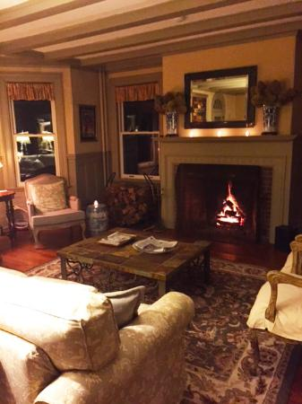 Greenfield, MA: Great sitting area by the fire.