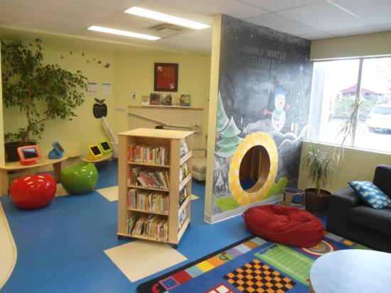 Creston, Canadá: Children's area of library.