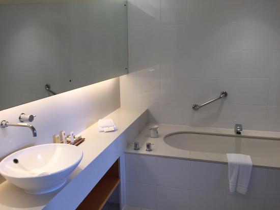 Golden Door Health Retreat Elysia: Bathroom with bath