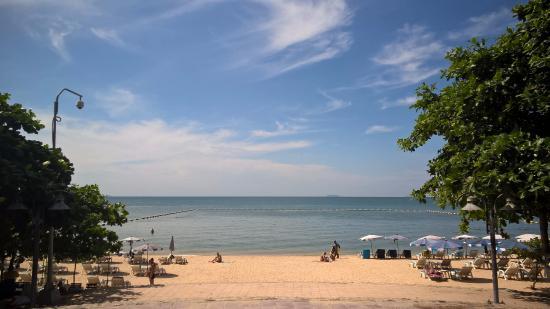 Dacha Beach: Пляж в конце улицы