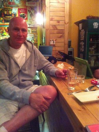 Quzhou, Kina: Enjoying a drink at the bar