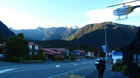 Heartland Hotel Fox Glacier: The main street of Fox Glacier