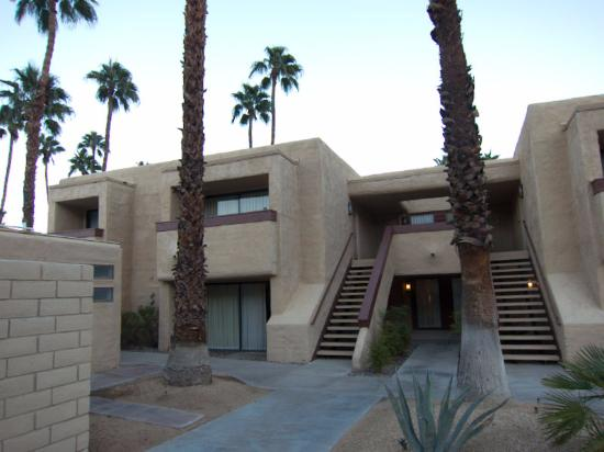 Desert Vacation Villas: coming in from parking lot