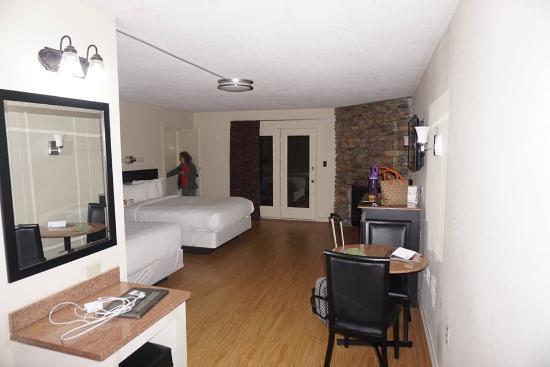 Quality Inn U0026 Suites Gatlinburg: Room With Hardwood Floors And Fireplace