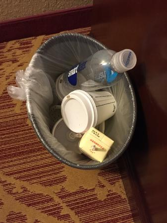 Hampton Inn & Suites Legacy Park-Frisco : Housekeeping did not empty the trash!!