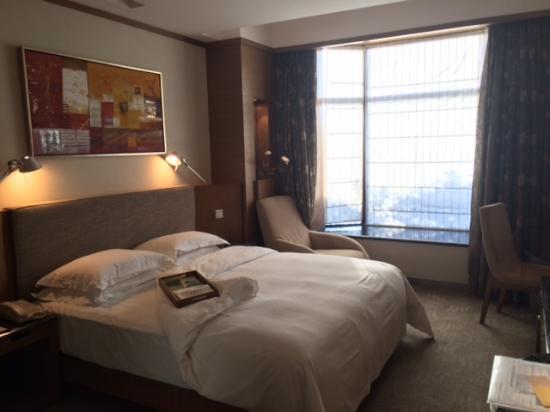 Haiyatt Garden Hotel-Dongguan: 部屋は大きい。ベットは心地よい