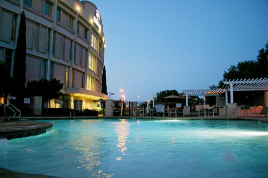 Hilton Austin Airport: Hotel Pool at Dusk