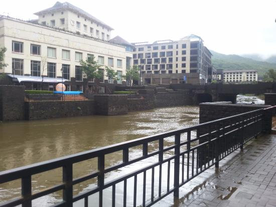 Lavasa, Indien: the buildings opposite