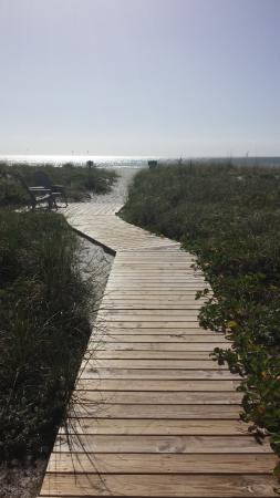 Rolling Waves Cottages: Walkway to the beach