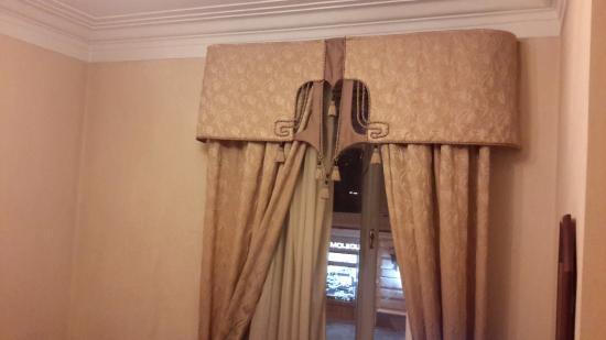 Budapest Hotel : Старое деревянное окно, шикарные шторы с ламбрекеном