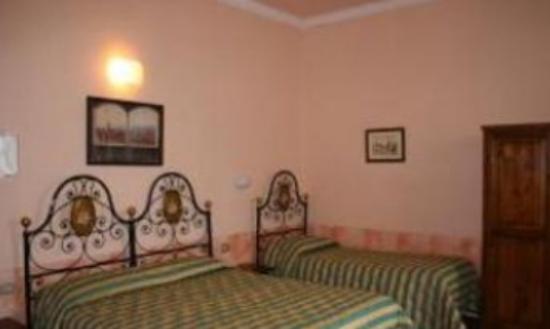Hotel Monica: habitacion