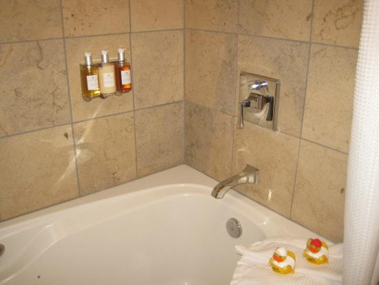 Murphys, CA: Spa Bath in Davis Cup room