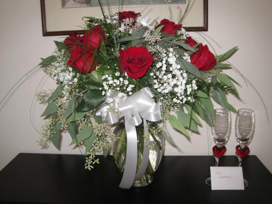 Murphys, CA: Wine and roses packages are available on our website