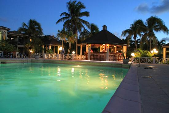 Paradise Cove Resort : having a rum punch at the bar is the bomb