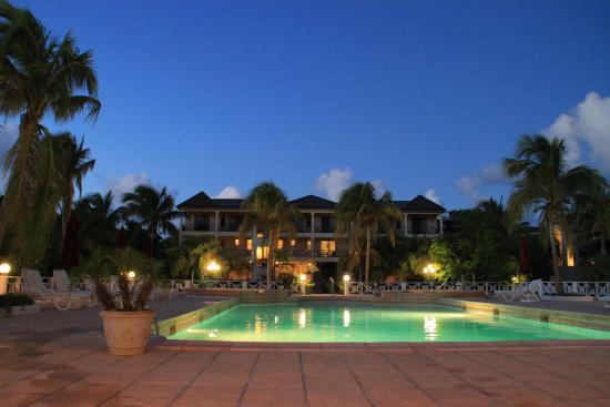 Paradise Cove Resort : pool night time