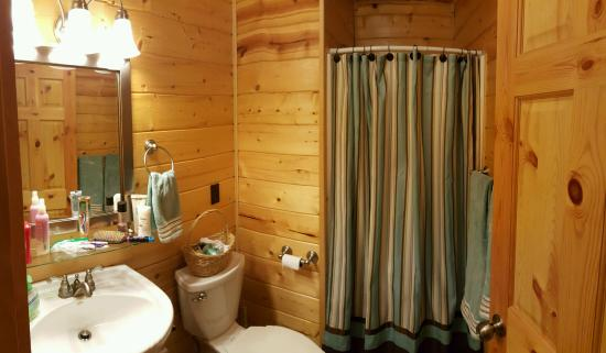Cedar Rock Cabins: Bathroom