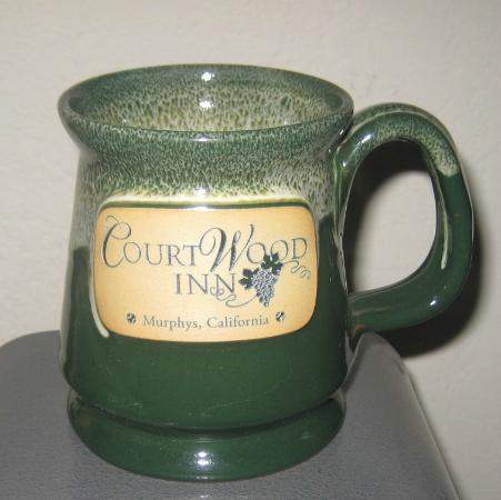 Murphys, Californien: Hand thrown pottery logo mugs