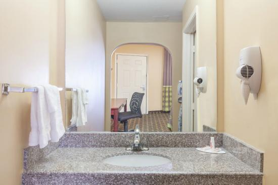 Super 8 Houston: Bathroom