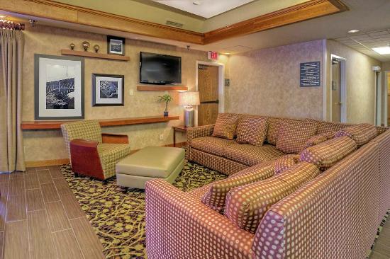 Hampton Inn Missoula: Lobby Area with Spacious, Comfortable Seating