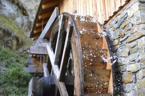 Toerbel, Switzerland: Wasserkraft auf der Gattersäge