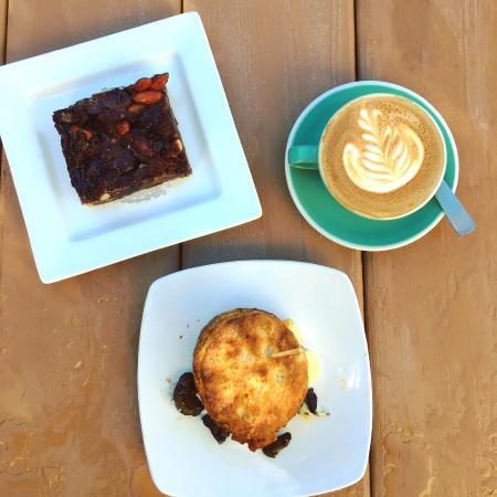 Sechelt, كندا: Goodie + Biscuit Sandwich + Cappuccino
