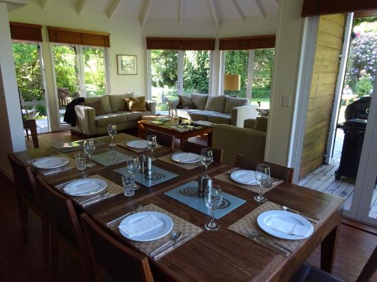 River Birches Lodge: Dining & Lounge