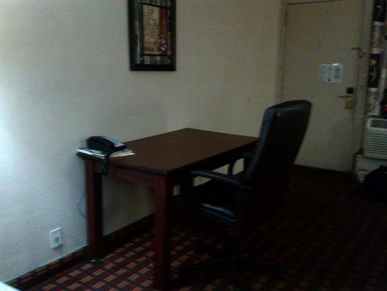Knights Inn Fayetteville/Fort Bragg: desk