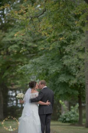 Riverbend Inn and Vineyard: Under the trees