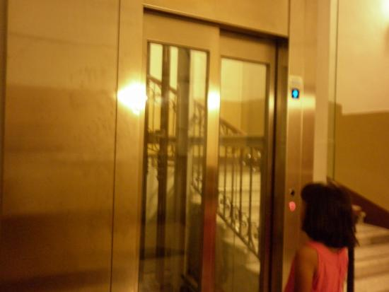 Hotel Sweet Home: Lift