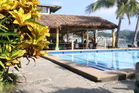 Puerto Nirvana Beach Resort: Pool and dining tables