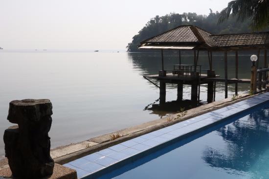Puerto Nirvana Beach Resort: Edge of pool and beach view
