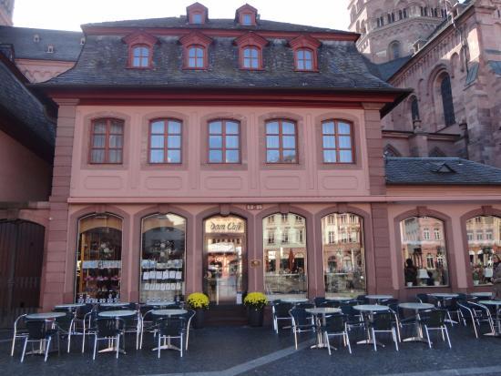 Dom-Cafe: ドームの隣にあって、広場に面している洒落たカフェ