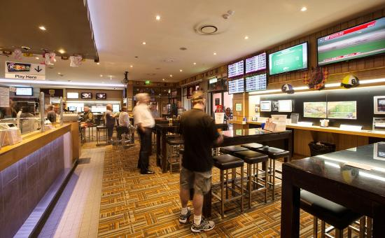 Mermaid Waters, Australia: Friendly Sports Bar with 2 huge projector screens, live music and pool table