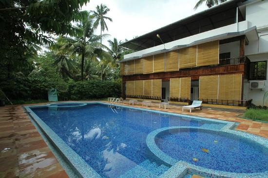 Rajapark Beach Resort: Pool Area