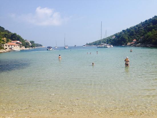 Island of Vis, Croacia: Strandstrand fussläufig von der Fewo  entfernt