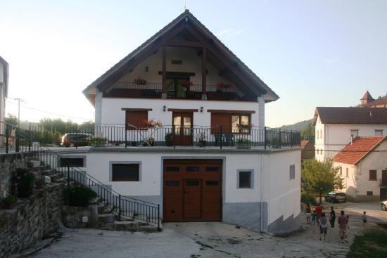 Abaurrea, Spanje: Vista general de la casa con su terraza (la de arriba es para los huéspedes)