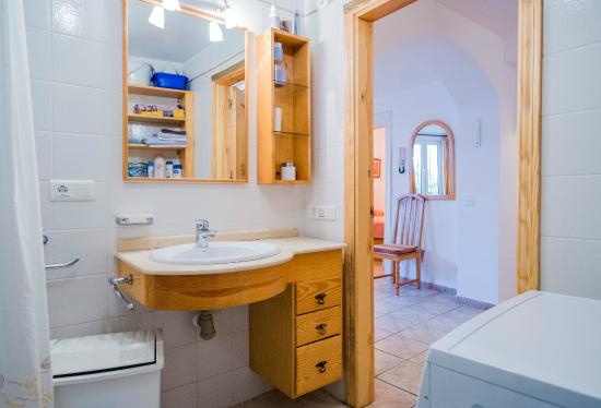 Casa Charlotte: Part bathroom ground floor apartment(1st fl.for Anglo Saxons)