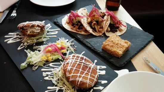 Gorritos y tacos califa en La Calaca