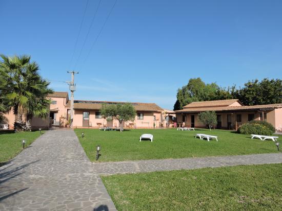 Le Terre di San Domenico: l'espace détente devant les bungalows
