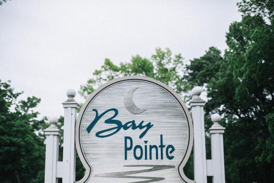 Bay Pointe Inn & Restaurant: Hotel sign