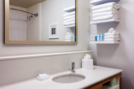 Hampton Inn Irvine East - Lake Forest = ADA Bathroom